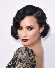 coiffure vintage années 20 - brushing bouclé sur cheveux courts et maquillage dramatique