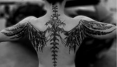Tatouage squelette de corbeau dans le dos