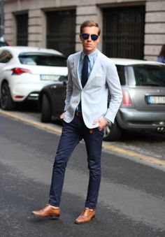 We love the way this smart casual pairing of a light blue blazer and navy chinos instantly makes you look stylish. You could perhaps get a bit experimental in the shoe department and smarten up this look by rocking a pair of tan leather oxford shoes. Gentleman Mode, Gentleman Style, Sharp Dressed Man, Well Dressed Men, Fashion Mode, Look Fashion, Fashion Menswear, Urban Fashion, Fashion Fashion