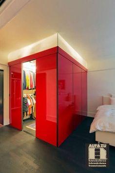 Aufgabe: Gestalte ein Gästezimmer völlig neu. Das Ergebnis ist ein roter Hochglanzkubus kombiniert mit integrierter Beleuchtung hinter einem Acrylglasoberlicht welches als indirekte Beleuchtung im Hauptraum genutzt werden kann. Bunk Beds, Furniture, Home Decor, Indirect Lighting, Dressing Room, Closet Storage, Decoration Home, Loft Beds, Room Decor