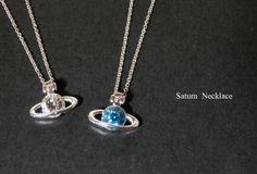 土星ネックレスのシルバーバージョンです。土星のチャームでシンプルなネックレスを作りました。ガラスストーンがキラキラして綺麗です。アジャスターの先には小さな星の...|ハンドメイド、手作り、手仕事品の通販・販売・購入ならCreema。