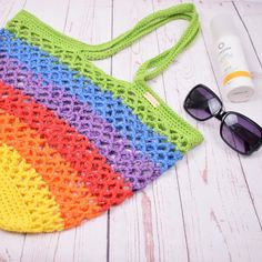 This beach bag is simply unmissable this summer. A beautiful crochet beach bag in sparkling rainbow colours. Use it for your trips to the beach, as a shopping bag or maybe this could be your new yarn bag? Crochet Shell Stitch, Knit Or Crochet, Crochet Hooks, Free Crochet, Crochet Beach Bags, Crochet Market Bag, Crochet Bags, Crochet Handbags, Crochet Purses