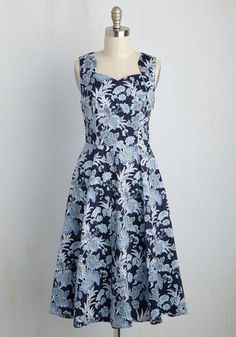 The best way to stretch out between classic screenings is giving this dark blue dress a twirl! Taking cues from bygone glamour with its angular neckline and a print of cool blue blooms touched with tan , this pocketed midi gives your vintage-inspired style credit where 'credits' are due.