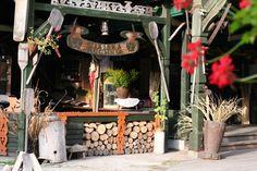 Leckere ermländische Küche, oft Folklore und alte Handwerkskünste im Innenhof, man sitzt gemütlich drinnen, draußen im Innenhof unter Dach oder auf der Terrasse an der Gilwa, zu empfehlen: Micha Mnicha, eine große Holzplatte für 2-3 Personen mit viel Fleisch, Kraut, Kartoffeln u.v.m. oder Sandacz (Zanderfilet) in Pfifferlingssauce, nur wenige Minuten zu Fuß vom Masuren Ferienhaus am See