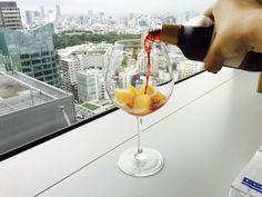 オレンジジュースを凍らせて赤ワインに入れるだけ!お手軽「サングリア」が完成
