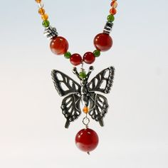 Collar sencillo de mariposa monarca con piedras. Diseñado por Joyería Citlali