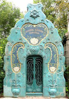Art Deco and Art Nouveau! — (via Budapest - 081 Sezession Jüdischer Friedhof -. Art Nouveau, Entrance Doors, Doorway, Knobs And Knockers, Cemetery Art, Door Gate, Unique Doors, Architectural Elements, Windows And Doors
