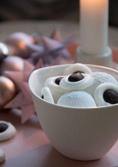 De lækre hjemmelavede pebermyntepastiller smager friskt og lækkert og er nemme at lave - julens nemmeste juleslik - få opskriften her