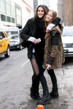 zzzfun How to Pose for Pictures and ALWAYS Look Good: 10 Tricks Every Girl Should Know Nyfw Street Style, Model Street Style, Models Style, Street Chic, Street Wear, New York Fashion, London Fashion, Poses For Pictures, Winter Pictures
