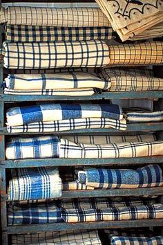 Ambiance indigo. La couleur indigo est le nom du bleu végétal que l'on extrait des plantes comme le pastel des teinturiers cultivé en Eur...