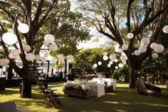 inspiração impecável de como transformar um jardim para um casamento rústico