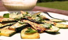 Die langsam gebratenen und mit Balsamico und Petersilie verfeinerten Zucchini sind eine wunderbare Low Carb Beilage zum Grillen. Mit gutem Olivenöl ein besonderer Genuss.