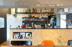 キッチンの腰面には丈夫なOSB合板を使用。