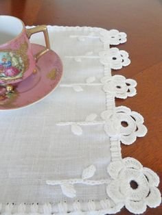artesanías de tela para la cocina V Donazinha: NILDA BIAGIO # artesanías de tela . Scrap Fabric Projects, Fabric Scraps, Crochet Projects, Crochet Towel, Crochet Doilies, Crochet Borders, Crochet Patterns, Crochet Decoration, Decorative Towels