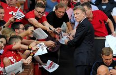 Moyes found his place in the United dugout and was given a warm welcome by the fans