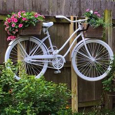 Repurposed Bike in Your Garden Bicycle Decor, Bicycle Art, Bicycle Drawing, House Plants Decor, Plant Decor, Bike Planter, Fleur Design, Rustic Gardens, Container Flowers