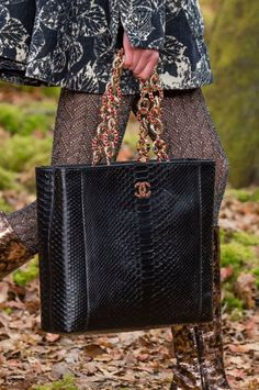Chanel at Paris Fashion Week Fall 2018 - Details Runway Photos Burberry Handbags, Chanel Handbags, Luxury Handbags, Plaid Fashion, Fashion Bags, My Bags, Purses And Bags, Cool Girl Style, Autumn Fashion 2018