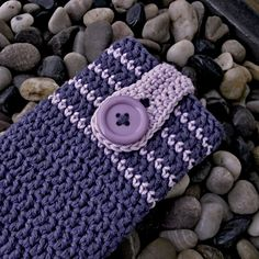 Háčkované+pouzdro+na+mobil+Háčkovaný+obal+na+mobil+z+bavlněné+příze+(zn.+Drops+Cotton+Light+26+jeans)+v+kombinaci+džínově+modré+a+fialkové+barvy.+Zapínání+na+háčkovanou+přezku+a+velký+knoflík.+Rozměry:+8,5+x+13+(cm)+Pro+delší+trvanlivost+doporučuji+prát+ručně+ve+vlažné+vodě,+ale+je+možné+prát+i+klasicky+v+automatické+pračce+na+40+°C+na+jemné+praní.+Zboží...