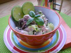 L'insalata di polpo e patate, da servire tiepida o fredda in estate, è una ricetta ideale per chi segue una dieta ipocalorica, perché povera di grassi.