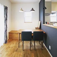 justnoieさんの、北欧,家づくり,無垢材,無垢材の床,ペンダントライト,照明,デザイン照明,ペンダント照明,インテリア,ジャストの家,注文住宅,施工例,カーテン,ネイビー,ネイビーの壁,ダイニング,ダイニングテーブル,ダイニングチェア,ベンチ,北欧インテリア,シンプルインテリア,部屋全体,のお部屋写真