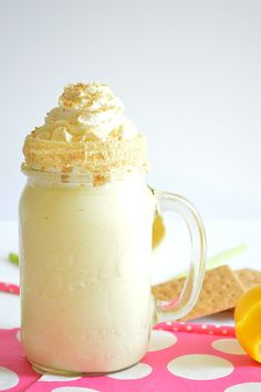 Enjoy the tart, citrus flavor of a lemon pie in this milkshake! Alcoholic Milkshake, Oreo Milkshake, Milkshake Recipes, Milkshakes, Drinks Alcohol Recipes, Yummy Drinks, Drink Recipes, Dessert Recipes, Refreshing Drinks