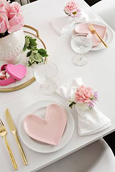 Napkin Ring DIY - A Beautiful Mess - So pretty! DIY Flower Napkin Rings for Valentine's Day tablescape (click through for tutorial) -Flower Napkin Ring DIY - A Beautiful Mess - . Diy Valentine's Day Decorations, Valentines Day Decorations, Decoration Table, Valentines Day Tablescapes, Valentine Table Decor, Decor Ideas, Gift Ideas, Decorating Ideas, Valentinstag Party