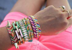 Friendship Bracelets - vriendschapsarmbandje in alle kleuren van de regenboog. DIY