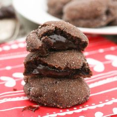 Similar to the well-known cake, chocolate lava cookies are filled with a chocolate fudge sauce. For serious chocolate lovers only! Chocolate Fudge Sauce, Chocolate Lava, Chocolate Treats, Delicious Chocolate, Flourless Chocolate, Homemade Chocolate, Köstliche Desserts, Delicious Desserts, Dessert Recipes