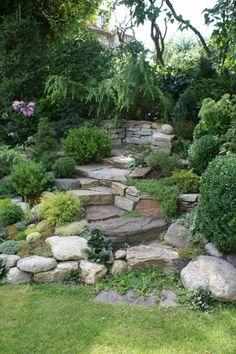 Hromada zeminy na které Iva původně pěstovala pestrou směsici trvalek a le Landscaping On A Hill, Stone Landscaping, Landscaping With Rocks, Outdoor Landscaping, Outdoor Gardens, Landscaping Ideas, Rock Garden Plants, Shade Garden, Rockery Garden
