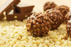 A házi ferrero roppant egyszerűen elkészíthető. Nem kérdés, mihez kezdj a túl sok csokival, amit kaptál.