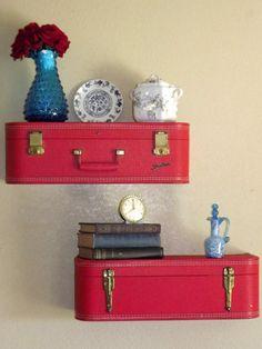 Vintage koffers als wandplank (@ WoonBlog)