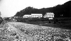 Den nye Helleveien som skulle erstatte den gamle veien til Åsane over Munkebotten, ble vedtatt bygget i 1912. Store deler av Neevengårdens innmark måtte da vike for pukk og asfalt. (Kilde: «Fra Storemøllen til Fagerdalen» - 2002).