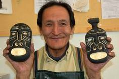 Der Künstler Bent Kuitse hält mit seinen Masken und Tupilaks lokale Traditionen am Leben.