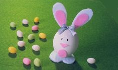Lapin de Pâques fait à partir d'un œuf et de feutrine - tutoriel en vidéo Diy Projects, Hair Bow, Diy Room Decor, Tape, Felt Fabric, Rabbits, Pageants, Handyman Projects, Handmade Crafts