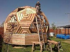 Resultado de imagen para domo geodesico casa Casa Octagonal, Yurt Home, Future Buildings, Creation Crafts, Dome House, Timber Frame Homes, Geodesic Dome, Building Materials, Play Houses