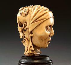 """MEMENTO-MORI en ivoire sculpté sur deux faces, d'une tête de vieille femme au visage ridé, couverte d'un voile d'un côté, et de l'autre d'une tête de transi sommée d'un crapaud, de deux salamandres (ou """" lézards  - Françe -  premier tiers du XVIème  siècle -"""