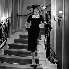 PHOTOS - Mars 1956 : mannequin portant une robe en laine.                                                                                                                                                                                 Plus