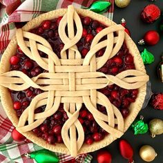 Pie crust It's still November but I'm already counting down the days to Christmas! 🤗) If you haven't started decking your halls yet, may… Pie Dessert, Dessert Recipes, Beautiful Pie Crusts, Pie Crust Designs, Pie Decoration, Pies Art, Pie Tops, Pie Crust Recipes, Cake Ingredients