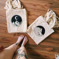 #PleinPubliek #ToteBag #Illustration #Bag Tattoo, Illustrator, Design, Drawing - Photo by @eva.svartur - Follow #extremegentleman for more pics like this! Sac Tods, Tods Bag, Diy Tote Bag, Tote Bags Handmade, Reusable Tote Bags, Printed Tote Bags, Canvas Tote Bags, Painted Canvas Bags, Drawing Bag