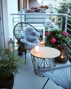 String chairs and matching coffee table and lantern on tiny balcony - Creatorvox - Kleiner Balkon - Design Rattan Furniture Small Balcony Design, Small Balcony Garden, Small Balcony Decor, Outdoor Balcony, Small Patio, Balcony Ideas, Patio Ideas, Balcony Gardening, Backyard Ideas