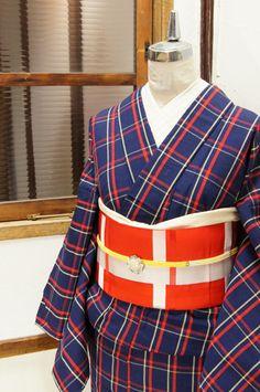 紺色の地に、クリームイエローとポピーレッドのチェックパターンが織り出されたウールの単着物です。