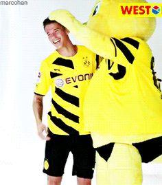 Erik Durm mit Maskottchen Emma ♥ - Borussia Dortmund #erikdurm #durm #37 #bvb #welmeister #cute