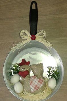 Galinha de tecido dentro da frigideira ideal para decorar sua cozinha com humor e charme