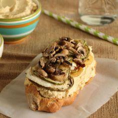 Σάντουιτς με χούμους, ψητά λαχανικά και κατίκι...