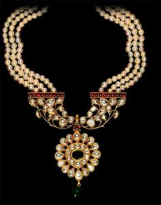 Traditional Kundan Jewellery in authentic Indian-craft style. Very beautiful!
