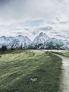 Tagesausflug in den Nationalpark Gesäuse auf VANILLAHOLICA.com . Wandern im Nationalpark Gesäuse in Österreich ist ein einziges Abenteuer. Man kommt schon bei einfachen und kurzen Wanderwegen vorbei an wunderschönen Gebirgsseen, Gletschern, und Flüssen. Großteil des Gesäuses wird von einer gewissen Alpen Art, den Kalkalpen eingenommen. Der Park steht unter Naturschutz und die unberührte, wahre Natur lässt sich da noch sehen. Ein Tagesausflug für die ganze Familie ist es auf alle Fälle wert. Tolle Hotels, World Pictures, Mount Rainier, Travel Inspiration, German, Adventure, Mountains, Sport, Austria