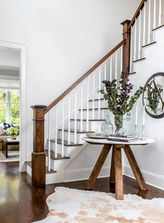Best White Paint Colors by Benjamin Moore - Home Bunch Interior Design Ideas Foyer Design, Staircase Design, House Design, Entry Hall Table, Entry Tables, Entry Foyer, Hall Tables, Sofa Tables, Table Lamps