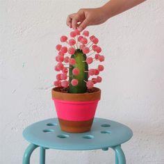 DIY Gurka och geléhallon kaktus. Bra present. Gå-bort-kaktusen är lätt och rolig att göra och blir en uppskattad gåva.