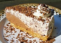 Nepečený korpus z cukrářských piškotů a másla pokladený čokoládovou náplní a náplní stracciatella, nakonec ozdobený nastrouhanou čokoládou, nechaný v lednici pěkně ztuhnout.