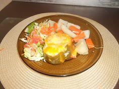 Pimiento relleno de carne de res y queso, acompañado de ensalada verde y de vegetales.
